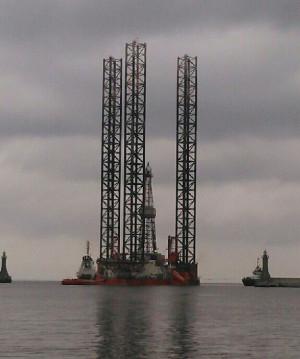 """We wtorek platforma """"Petrobaltic"""" wpłynęła do gdyńskiego portu."""