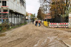 Przebudowa infrastruktury gazowej sprawiła, że piesi muszą poruszać się po jezdni. Chodnik ma zostać odtworzony w ciągu ok. miesiąca.
