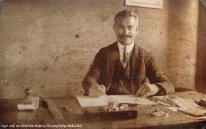 Leon Droszyński przy biurku.