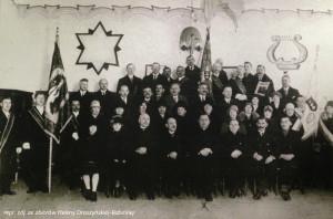 Zdjęcie gdańskiej Polonii wykonane najprawdopodobniej w kościele św. Stanisława Biskupa w Dolnym Wrzeszczu. Na fotografii znajdują się między innymi bł. ks. Bronisław Komorowski i Leon Droszyński.