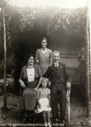 W ogrodowej altanie Leon Droszyński wraz z żoną Elfrydą Klarą i córkami - starszą Stanisławą i młodszą Heleną. Polonijny działacz miał ponadto dwóch synów z pierwszego małżeństwa.