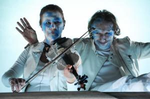 Na tle dobrze prezentującego się zespołu aktorskiego wyróżniają się Jadwiga Sankowska, grająca na skrzypcach i Jacek Majok w roli demonicznego Smętka.