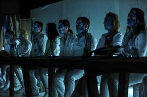 Aktorzy przez większość spektaklu siedzą przy stole i opowiadają widzom historię Remusa.