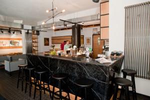 Bar został przeniesiony na prawą stronę lokalu. Marmur, z którego wykonano blat przypomina kamień, którym wykończono klatkę schodową Bankowca.
