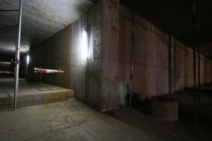 Za tą ścianą znajduje się zbiornik retencyjny. Korytarz po lewej prowadzi w stronę przejścia pod torami kolejowymi.
