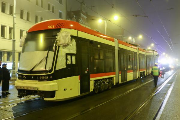 Tramwaj od swojego poprzednika i warszawskiego odpowiednika różni się całkowicie innym czołem pojazdu.