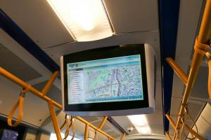 Nowa informacja pasażerska wyposażona jest w znacznie lepszą mapę, jednak użyto zbyt małej czcionki, która jest mało czytelna.