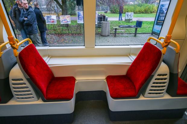 Fotele wreszcie nie są ustawione pod skosem względem linii okien, ale za to brakuje między nimi wygodnych poręczy dla osób podróżujących na siedząco.