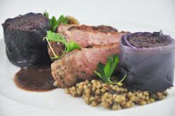 Marynowana pierś gęsi z sosem z wędzonej węgierki, kaszą pęczak oraz modrą kapustą - Restauracja Strefa Kuchnie Świata).