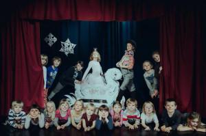 """Sopocki Teatr Muzyczny Baabus Musicalis zaprezentuje premierę musicalu """"Baśń o Bolku i Lolku: Królowa Zima"""" w wykonaniu dzieci z głosem narratora, użyczonym przez Mirosława Bakę. Spektakl zobaczyć można 6 grudnia w Teatrze na Plaży o godz. 11. Wstęp wolny."""