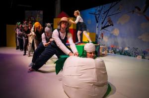 """""""Tuwim dla dzieci"""" to jedna z dwóch propozycji Teatru Muzycznego na mikołajki. Przed spektaklem będzie można spotkać Mikołajów i Śnieżynki, a po nim zrobić sobie z artystami pamiątkowe zdjęcia. Spektakl 6 grudnia grany jest o godz. 12."""