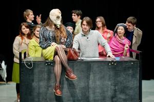 W spektaklu wykorzystano historie związane z Orunią, m.in. wątek telewizji Sky Orunia.