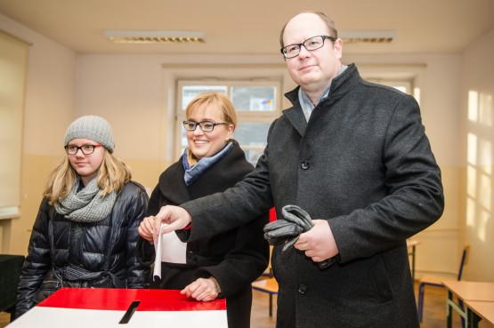 Paweł Adamowicz przystąpił do głosowania o godz. 14 w Zespole Szkół Łączności na ul. Podwale Staromiejskie. Prezydentowi towarzyszyły żona Magdalena i córka Antonina.