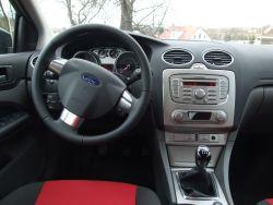Przemyślanie zaplanowane miejsce pracy kierowcy - zegary i deska rozdzielcza podświetlana na czerwono