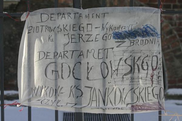 """""""Biskup mason"""" - pisali na transparentach zwolennicy ks. Henryka Jankowskiego w czasie jego konfliktu z abp. Gocłowskim. Abp postawił na swoim i proboszcza św. Brygidy przeniósł w stan spoczynku."""