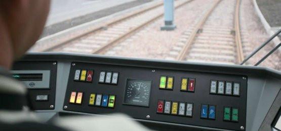 Urzędnicy odpowiedzialni za komunikację miejską chcą ograniczyć sprzedaż biletów w tramwajach i autobusach, aby kierujący skupili się na jeździe, a nie na wydawaniu reszty pasażerom.