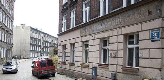Wiele poniemieckich napisów zachowało się na Biskupiej Górce, na przykład przy ulicy Na Stoku.