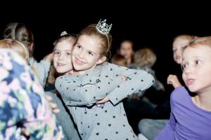 """W Teatrze na Plaży praca wre. W każdej wolnej chwili scenę opanowują dzieci, które wystąpią w spektaklu """"Baśń o Bolku i Lolku: Królowa Zima"""" Sopockiego Teatru Muzycznego Baabus Musicalis. Premiera 6 grudnia o godz. 11."""