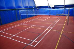 Na boisku wykonanym z poliuretanu zagrać można m.in. w siatkówkę, koszykówkę czy badmintona.