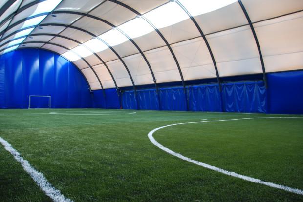 Kryte boisko przy ul. Morskiej wyposażone jest w sztuczną murawę holenderskiej firmy Edel Grass posiadającej certyfikat FIFA2.