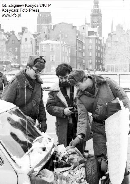 Patrol Ludowego Wojska Polskiego sprawdzał, co ten mężczyzna przewoził swoim Fiatem 126p.