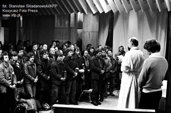 Msza św. na terenie Stoczni Gdańskiej im Lenina. Grudzień 1981 roku.