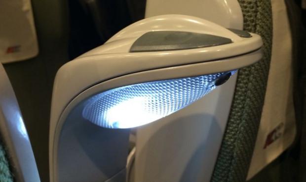 Przy każdym fotelu, na wysokości zagłówka, znajduje się lampka, która punktowo oświetla siedzenie pasażera.