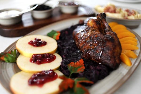 Wizytówka Cedrowego Dworku - żuławska kaczka glazurowana jarzębiną z jabłkami w towarzystwie czerwonej kapusty i kopytek.