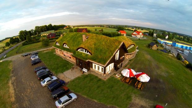 Dach Karczmy Viking kryje trawa.
