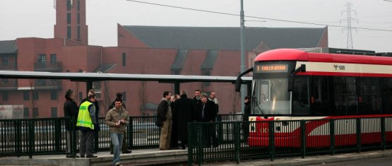 Historyczny moment: na pętlę na Chełmie po raz pierwszy wjeżdża tramwaj marki Bombardier. Pojazd prowadzi motorniczy Piotr Labudda.