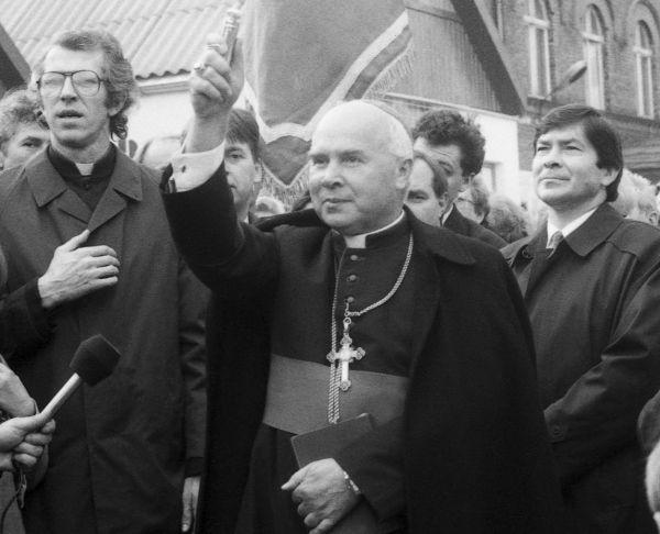 Arcybiskup Tadeusz Gocłowski. Zdjęcie z 1990 roku, gdy był jeszcze biskupem.