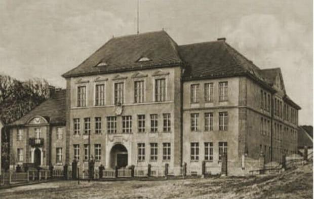 III Liceum Ogólnokształcące w Gdańsku funkcjonuje od 1945 r., jednak wcześniej, od 1912 r. w budynku szkoły działało niemieckie gimnazjum.