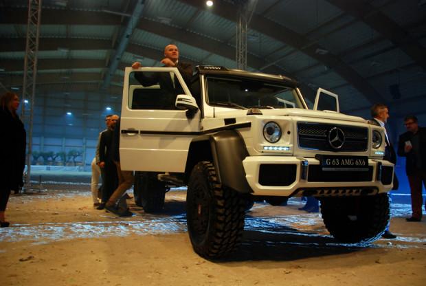 Mercedes G 63 6x6 AMG. auto waży 3850 kg. Długość: 5875 mm, szerokość 2110 mm, a wysokość 2280 mm. Silnik 5,5 V8 biturbo, moc 544 KM. 37-Wyposażony w 37calowe opony, przyspiesza od 0 do 100 km/h w 6 s. Nieźle jak na auto ważące prawie 4 tony.