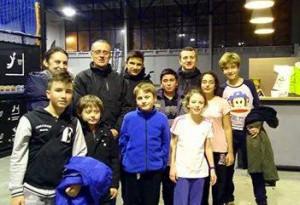 Pani Ewa z rodziną i przyjaciółmi. Wśród nich są Marius z Rumunii i Ömere z Turcji, którzy przyjechali w ramach wymiany międzyszkolnej.
