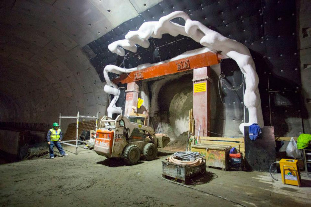 Gruba warstwa lodu pokryła instalacje, którymi płynie solanka o temperaturze -35 stopni Celsjusza. Rury z solanką zmroziły grunt pomiędzy nitkami tunelu, co pozwoliło wykonać w nim przejście.
