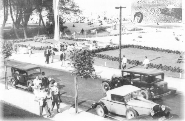 Gdynia szybko się bogaciła i każdy chciał tu mieszkać. W 1933 roku po ulicach już jeździły liczne automobile.