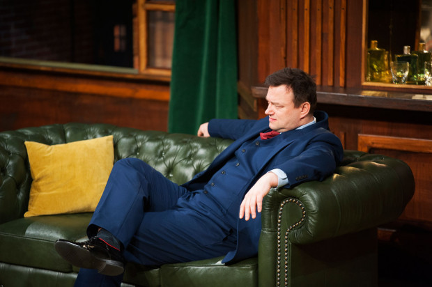 Namiętny wieczór Richarda Willeya (Rafał Ostrowski) na koszt podatnika zamienia się w prawdziwy koszmar. Na szczęście pan minister ma najwyraźniej duże doświadczenie w opowiadaniu bajek, a przy tym mnóstwo pomysłów i dobry refleks...
