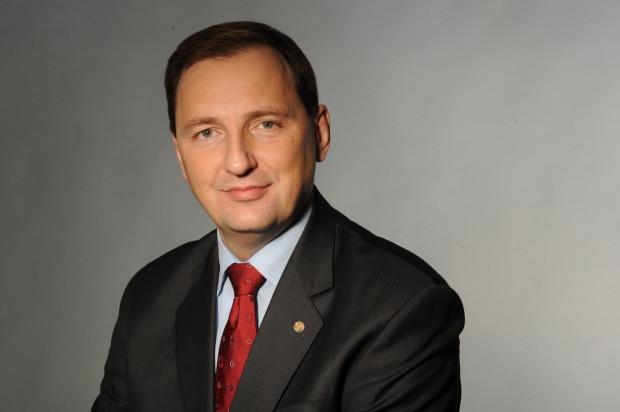 - Obecna sytuacja na rynku ropy statystycznie wstrzymała realizację około 40 proc. projektów poszukiwawczo-wydobywczych na świecie. Nie chcieliśmy całkowitego zatrzymania realizacji projektu zagospodarowania złóż na Bałtyku. W związku z tym poszliśmy w kierunku analiz technicznych, jak skorygować jego założenia - twierdzi Zbigniew Paszkowicz, prezes zarządu Lotos Petrobaltic i wiceprezes ds. poszukiwań i wydobycia Grupy Lotos.