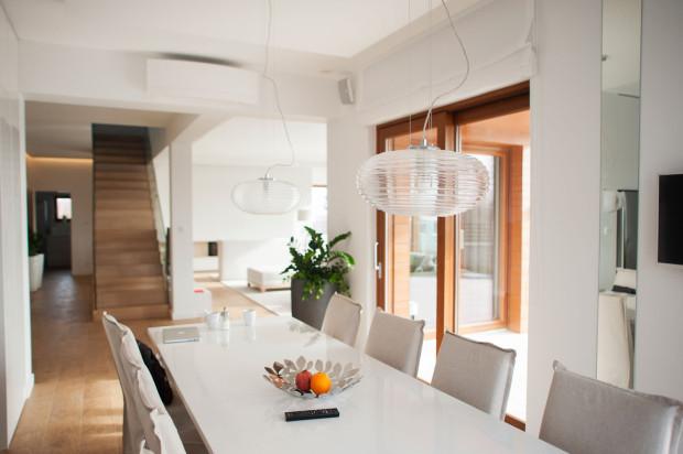 Na dole jest jedna, duża przestrzeń - salon połączony z kuchnią.