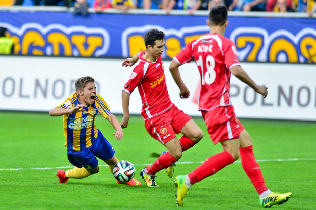W sierpniu w meczu z Widzewem cierpiał nie tylko Aleksander Jagiełło (z lewej). Arka przegrała u siebie 1:2. Do dzisiaj jest to jedyna wygrana w tym sezonie łodzian w I lidze.
