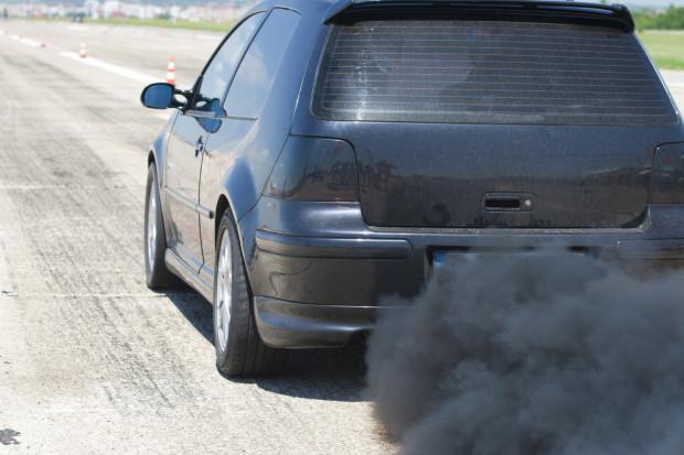 Za twoim autem kłębi się gęsty dym? Nie zwlekaj i jak najszybciej udaj się do warsztatu samochodowego.