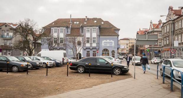 Miejsce po rozebranej kamienicy przy ul. Do Studzienki pełni dzisiaj rolę parkingu naziemnego. Czy tak ma wyglądać przestrzeń wzdłuż całej ulicy do 2040 r., gdy okaże się, że trzeba realizować docelową formę Nowej Politechnicznej?