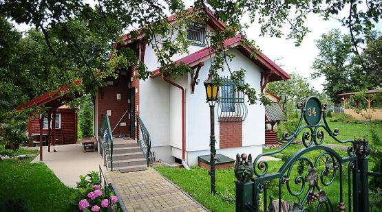 """To nie domek w dzielnicy willowej, ale przerośnięta """"altanka"""" na terenie Rodzinnego Ogrodu Działkowego """"Przyszłość"""" w Brzeźnie."""