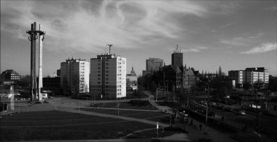 """Plac Solidarności, na którym znajduje się Pomnik Poległych Stoczniowców, stanie się areną gry przestrzennej """"Segment, czyli PRL dla początkujących""""."""