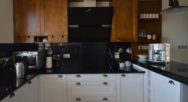 Konglomerat można wykorzystać zarówno na ścianie w kuchni, jak i na blacie, co daje ciekawy efekt, proj. Joanna Ciecholewska.