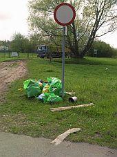 Porzucone śmieci w Brzeźnie, przy ul. Hallera.