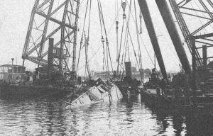 """Wydobywanie wraku """"Kaszuba"""" po zatonięciu w Stoczni Gdańskiej."""