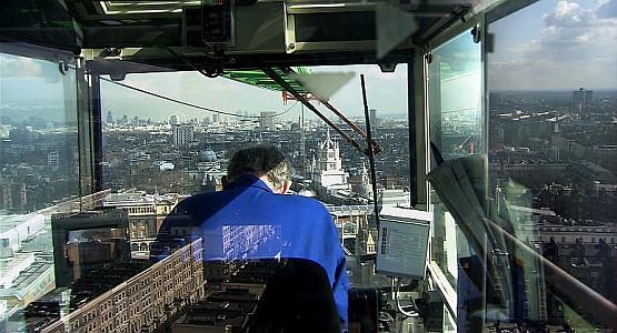 """Gdańsk Doc Film pokazuje zagadnienie pracy na multum sposobów. Może to być operowanie dźwigu ponad miastem, jak w """"The Solitary of Cranes"""" (na zdjęciu)..."""