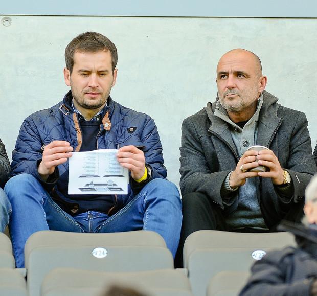 Michał Probierz (z prawej) na trybunach podczas meczu Arka - GKS Tychy. Obecny szkoleniowiec Jagiellonii był zainteresowany Marcusem, gdy jeszcze pracował w Lechii Gdańsk.