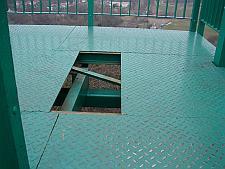 ... na platformie jest wielka dziura, w którą wpaść może nawet dorosły. Na szczęście po naszej interwencji zostanie to naprawione.
